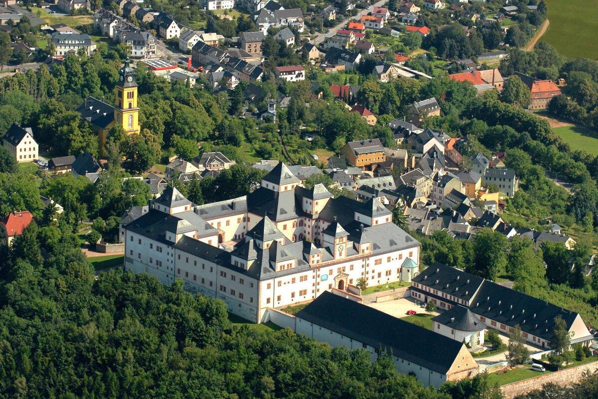 Die erzgebirgische Kleinstadt Augustusburg mit der auf einem Hügel liegenden Schloss.