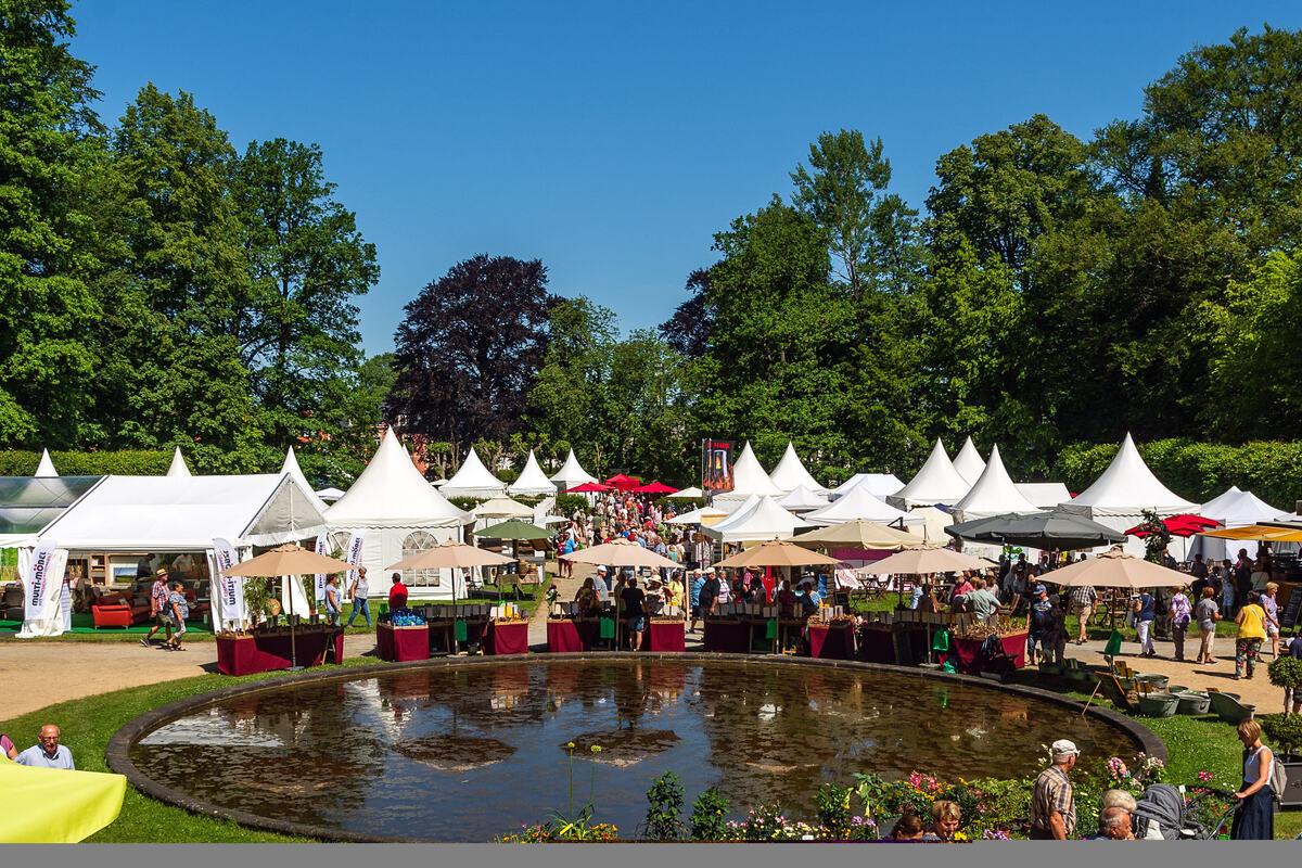 Die LebensArt im Großharthauer Schlosspark - hier ein Foto aus dem Jahr 2019 - zieht jedes Mal weit mehr als 20.000 Besucher an.