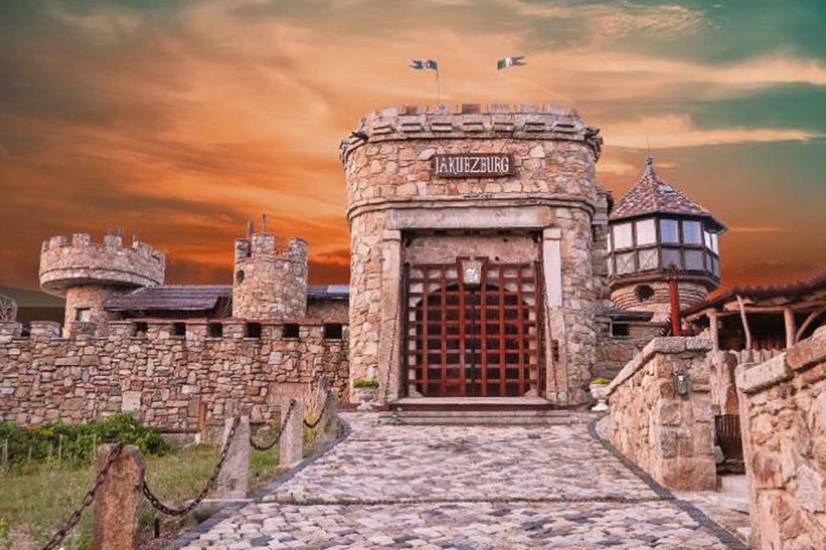Vor dem Burgtor steht im Spätsommer eine große Bühne. VIP-Tickets, eine Burgführung und den Chauffeur samt Limousine für die Hin- und Rückfahrt haben wir zu einem Geschenk-Paket geschnürt.