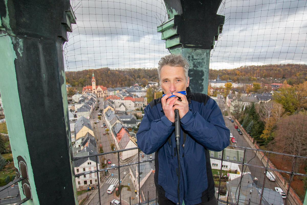 Pfarrer Reinald Richber spielt jeden Abend auf dem Waldheimer Kirchturm Mundharmonika.
