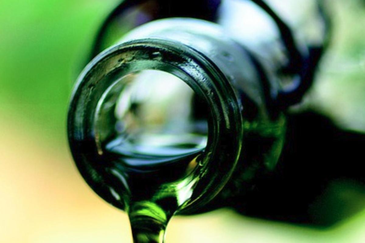 Grüne flüssigkeit aus brust