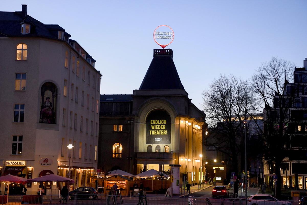 """Blick auf das Theater des Berliner Ensembles, das mit der Vorstellung """"Panikherz"""" im Rahmen des Pilotprojekts wieder seine Türen öffnete."""