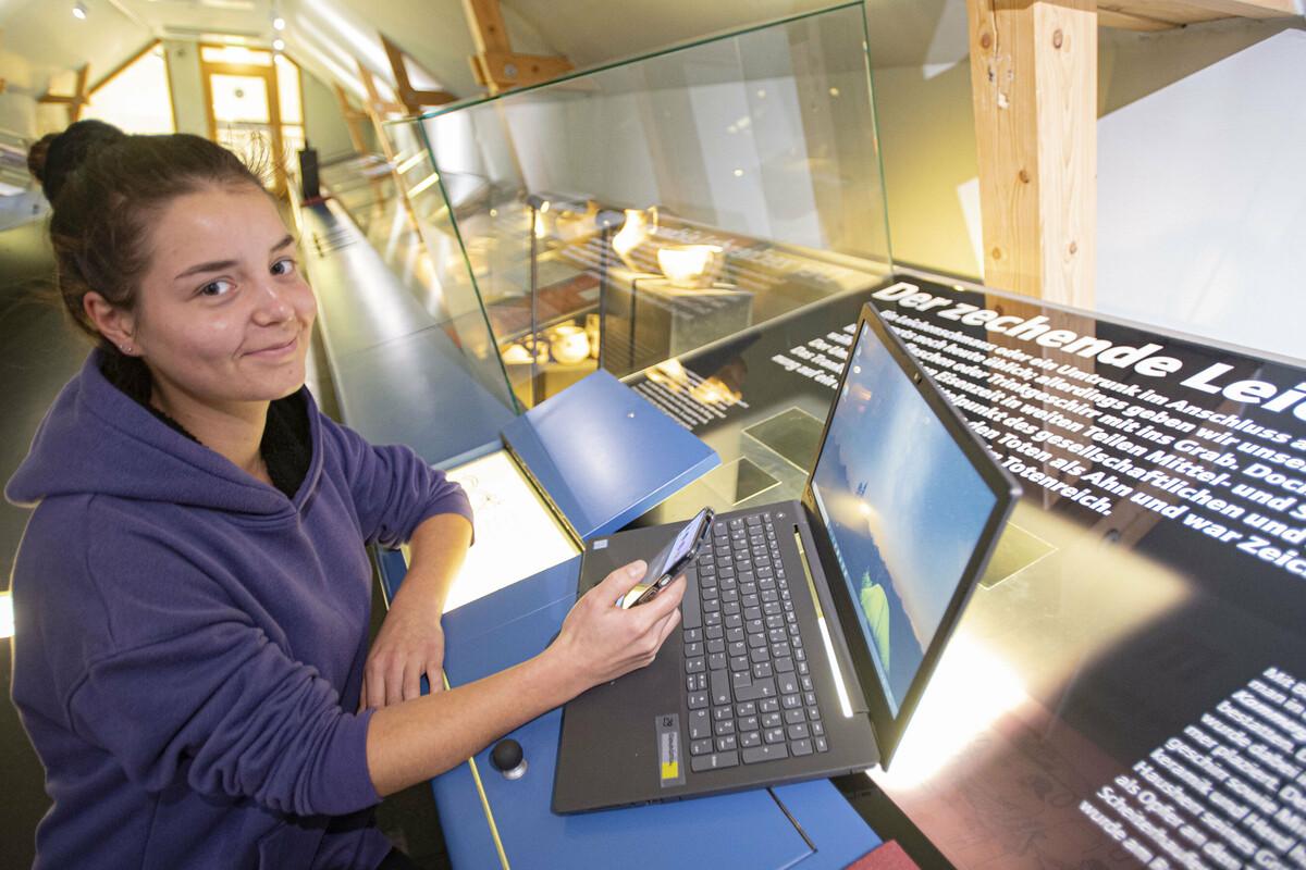 Sophia Hauswald probiert auf Laptop und Smartphone die neuen Museumsrundgänge in Kamenz aus.