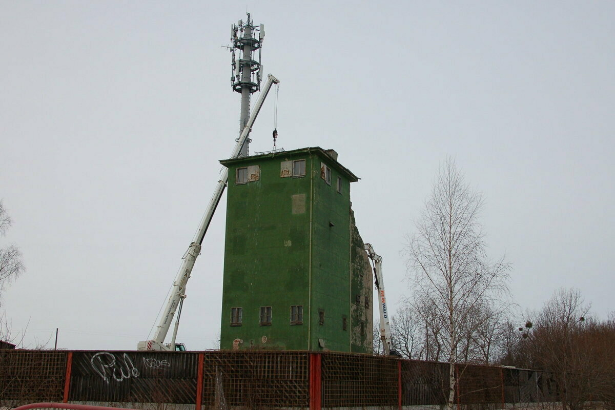 Das Ende des grünen Turms an der Autobahn