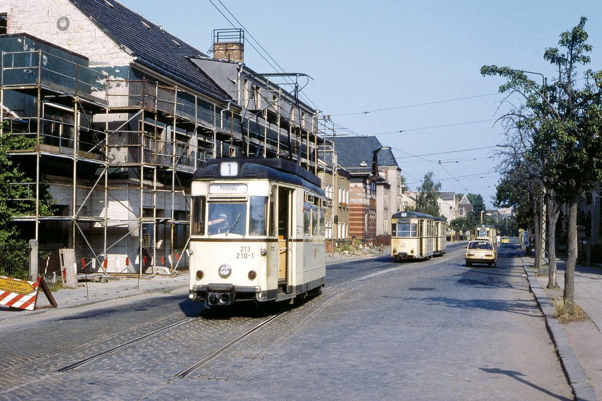 In Cossebaude musste an der Endhaltestelle umgekuppelt werden. Das Foto entstand am 30. Juni 1990, wenige Monate später stellten die Verkehrsbetriebe den Straßenbahnverkehr zwischen Cotta und Cossebaude ein.