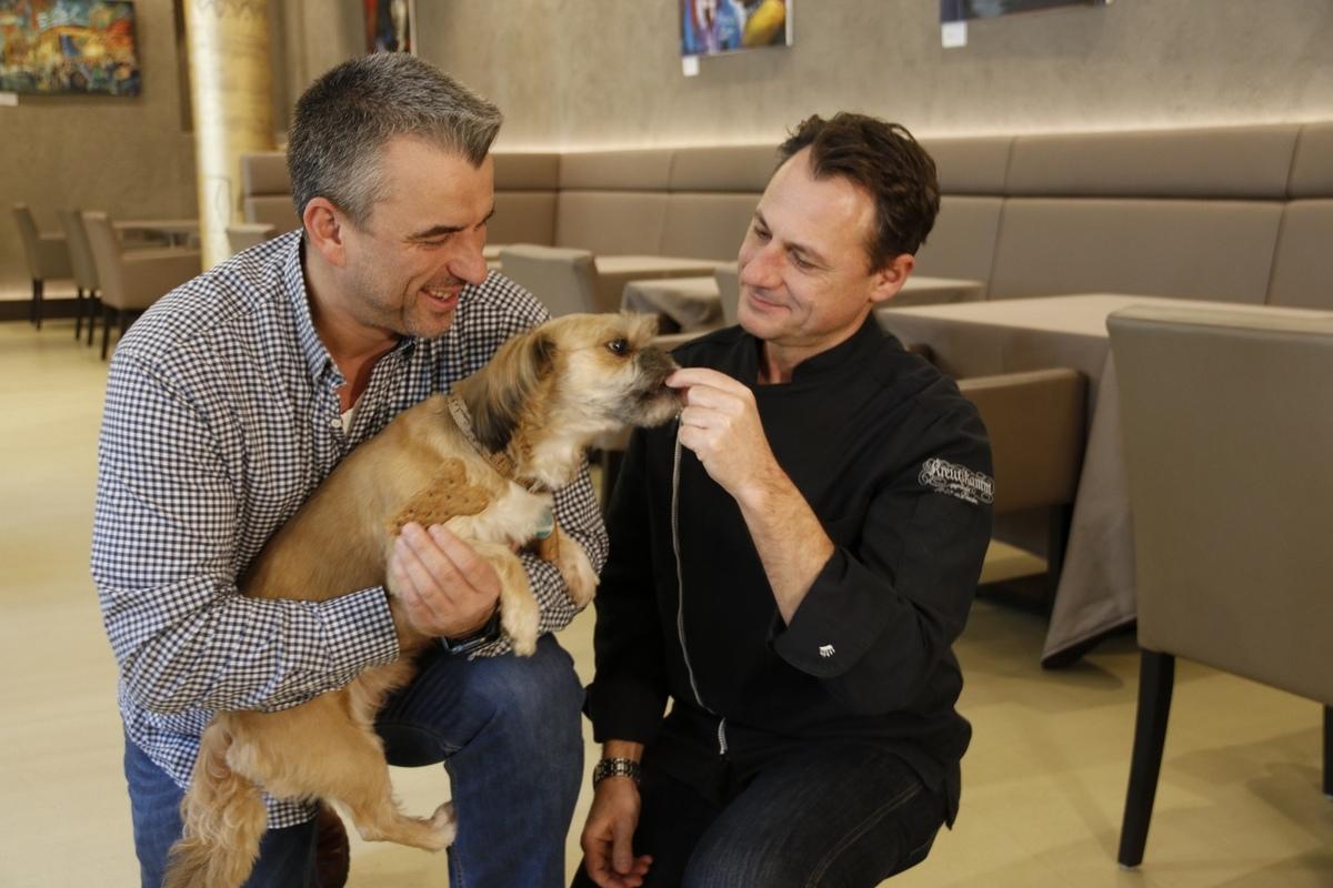 Für die Hundekekse hat Brotsommelier Tino Gierig extra ein Rezept entwickelt, hier mit Gerd Kastenmeier und Hund Pino.