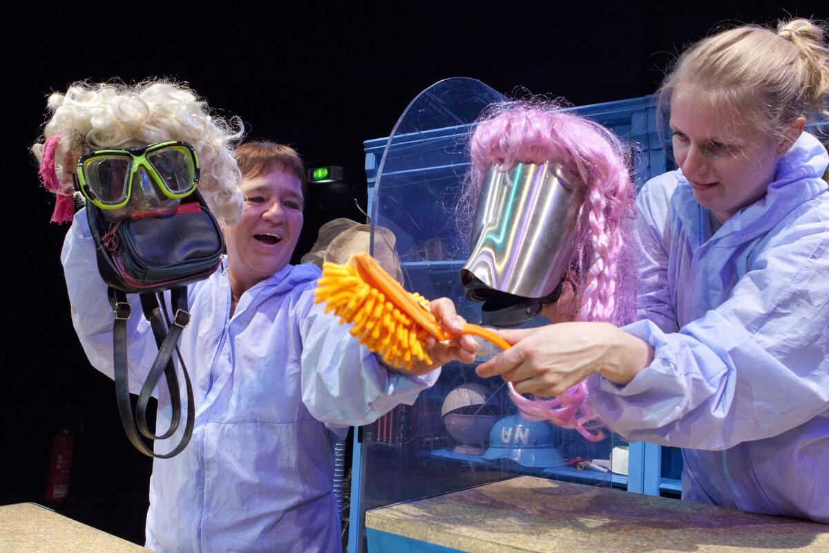 Das Stück Arche Nora mit Annekatrin Weber (l.) und Eva Vinke bildet den Auftakt zu den Vorstellungen im Bautzener Theatergarten.