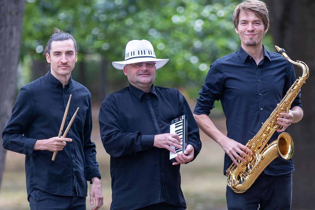 """""""Endlich geht es weiter"""": Thomas Stelzer (M.) wird auf einer der Dresdner Kulturinseln musizieren."""