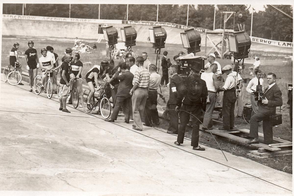 """Über 2.000 Komparsen waren 1932 bei den Dreharbeiten zum Heinz-Rühmann-Film """"Strich durch die Rechnung"""" auf der Forster Radrennbahn dabei."""