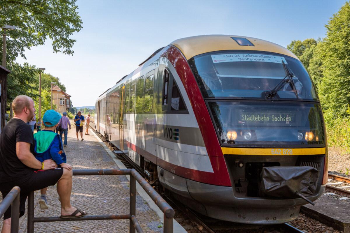 In den zurückliegenden zwei Jahren war die Seenlandbahn mit solchen modernen Triebfahrzeugen unterwegs. Im Bild zu sehen ist ein Stopp in Bernsdorf.