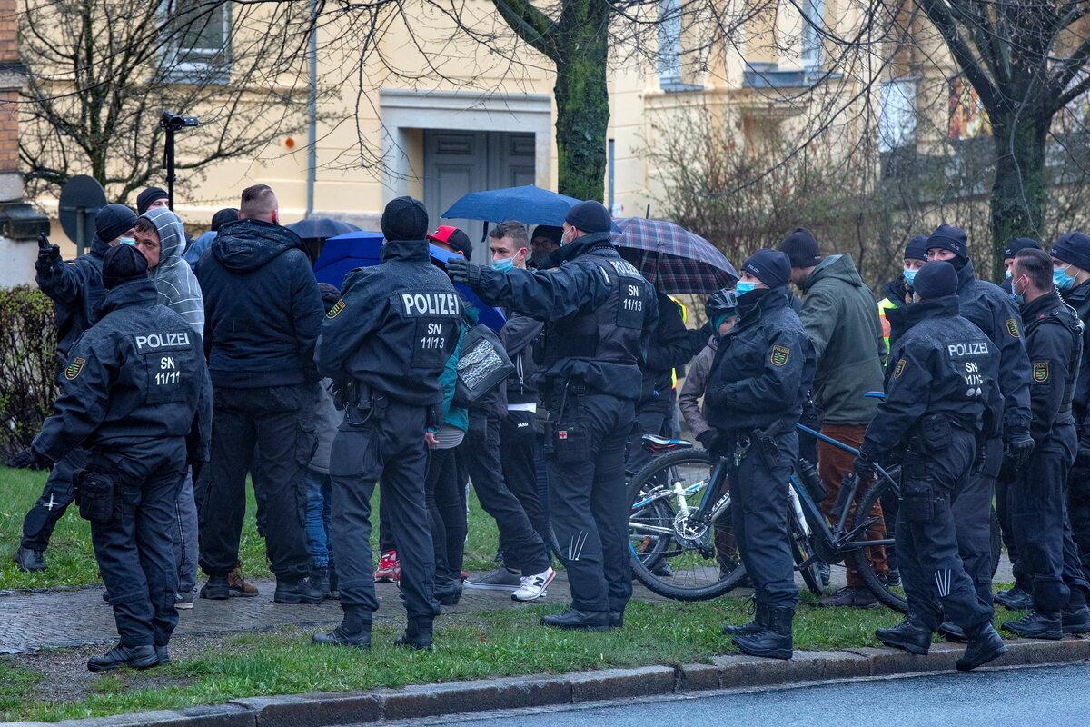 Polizei-bereitet-sich-auf-Spaziergang-vor