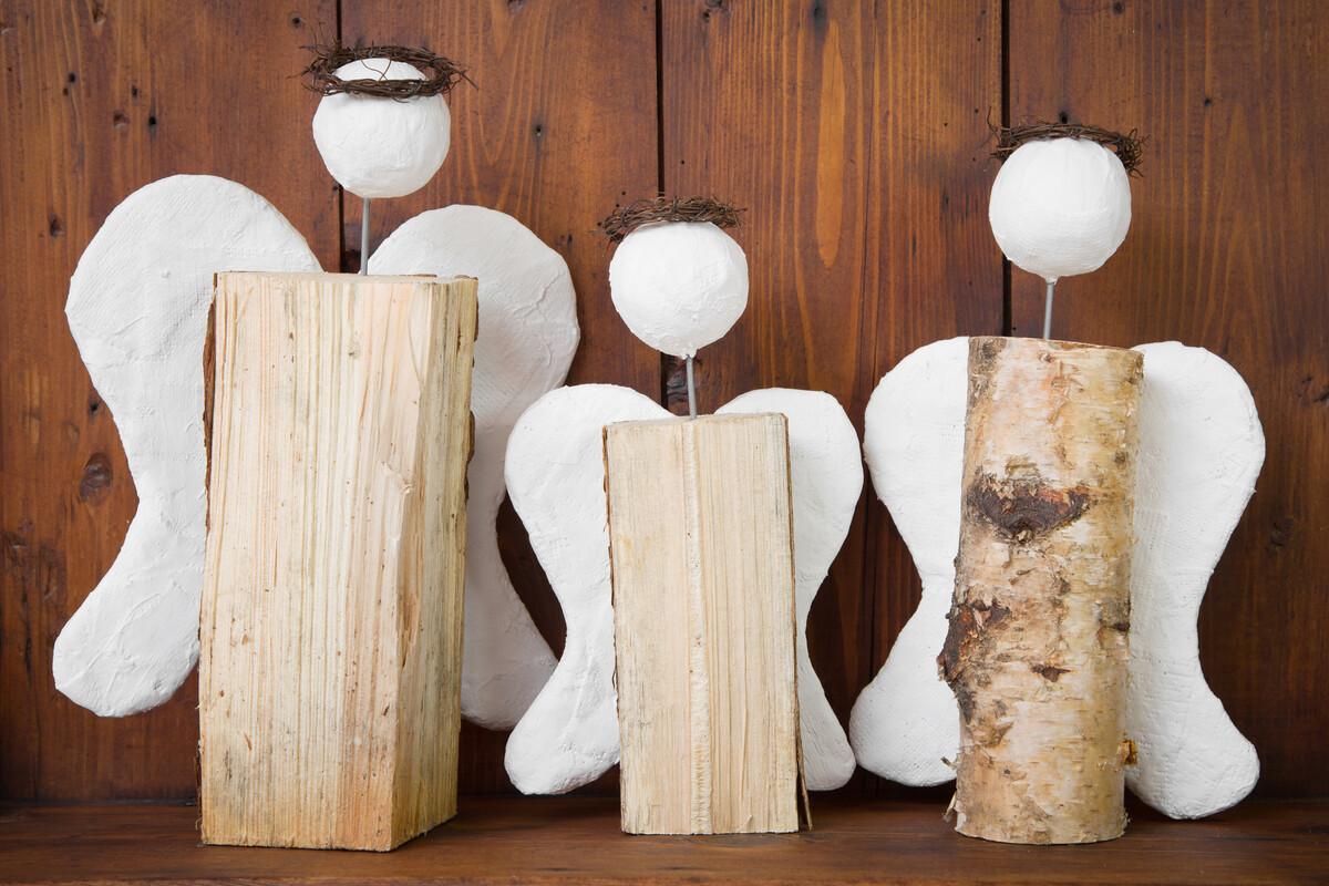 Auch aus Holz oder Gips sind Engel eine schöne Dekoration - nicht nur zu Weihnachten.