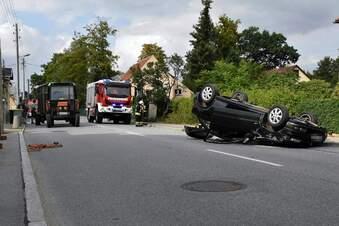 Traktor geschnitten: Rentner landet mit Opel auf dem Dach