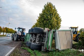 Traktor-Anhänger kippt auf der B169 bei Roßwein in Graben