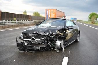 Mercedes schleudert auf A 4 in Leitplanke