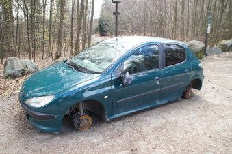 Mysteriöses Autowrack im Wald