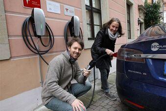 Erster Tesla dockt am Pirnaer Kirchplatz an
