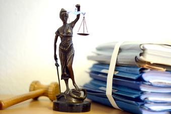 Angehender Jurist mit Hakenkreuz-Tattoos