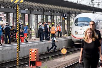 Kind wird vor Zug gestoßen und stirbt
