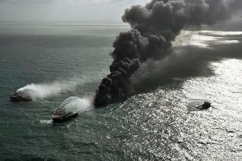 Ausgebranntes Schiff mit Mikroplastik sinkt