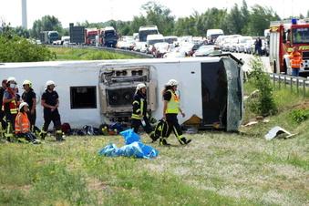 Schwerer Busunfall auf der A13