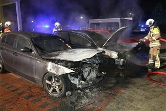 Autos von Pegida-Teilnehmern brannten