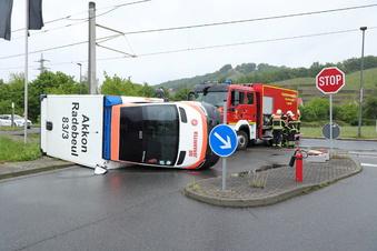 Rettungswagen kollidiert mit Straßenbahn
