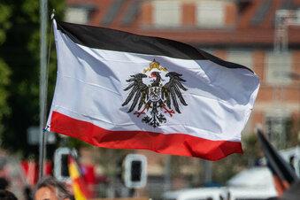Mit Reichsflaggen an der Bushaltestelle