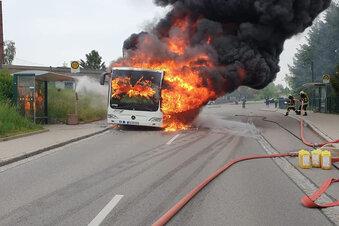 Bus brennt vollständig aus