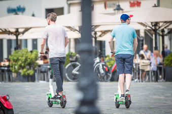 E-Scooter blockieren Stadtfest-Aufbau