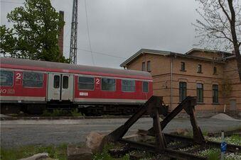 Ein Bahnwaggon fährt auf der Straße