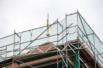 Graupa: Der Hahn dreht sich wieder auf dem Kirchendach