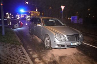 Dresden: Frau donnert mit Auto übers Gleis