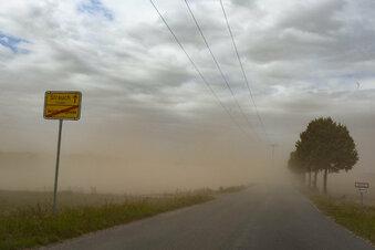 Ein Sandsturm fegt übers Land