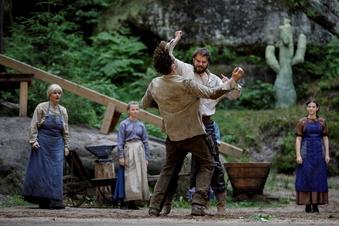 Schauspieler kämpfen gegen Regen an