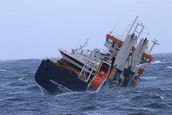 Im Nordmeer treibendes Schiff fast gerettet