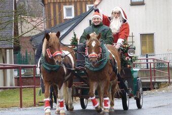 Der Weihnachtsmann fährt durch Waltersdorf