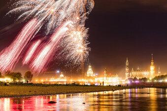 Stadtfest-Feuerwerk vor Gewitterkulisse