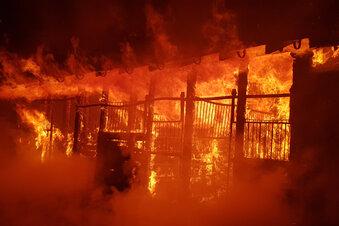 Scheune mit Fuhrwerken brennt nieder