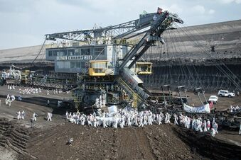 Braunkohlegegner stürmen Tagebau und blockieren Kraftwerk