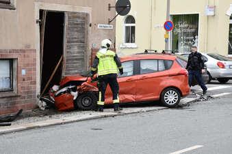 Ausgewichen: Auto fährt gegen Hauswand