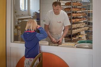 Hier lassen sich Bäcker bei der Arbeit zusehen