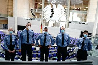 """Polizei attackiert """"Sitzenbleiber"""" der AfD"""