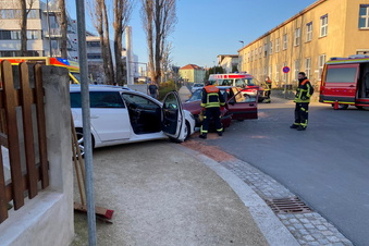 Feuerwehr räumt nach Unfall auf