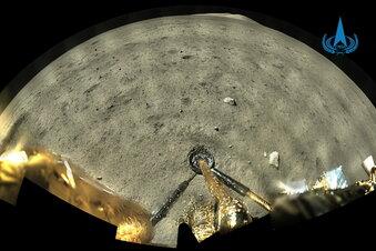 Mond: Gesteinsproben werden gesammelt