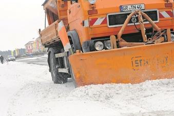 Schneeberge behindern Fußgänger und Parker