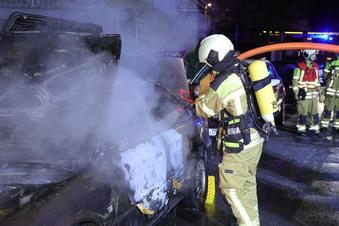Dresden: Mehrere Autos brennen aus