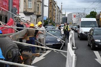 Gerüst stürzt auf fahrende Autos in Dresden