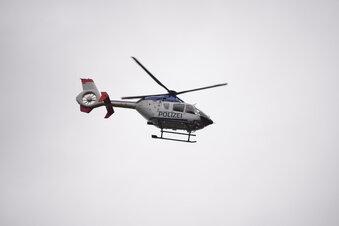 Polizisten seilen sich aus Hubschrauber ab