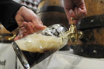 Brauer füllen wieder Bier in Fässern ab